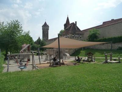 Rothenburg Spielplatz an der Stadtmauer mit Sonnensegel, Robinie und Eibe